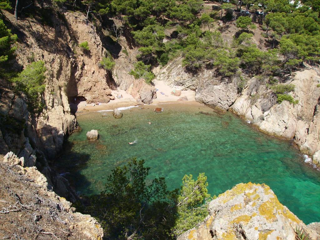Cala de aguas turquesas que disfrutarás en las playas de Girona