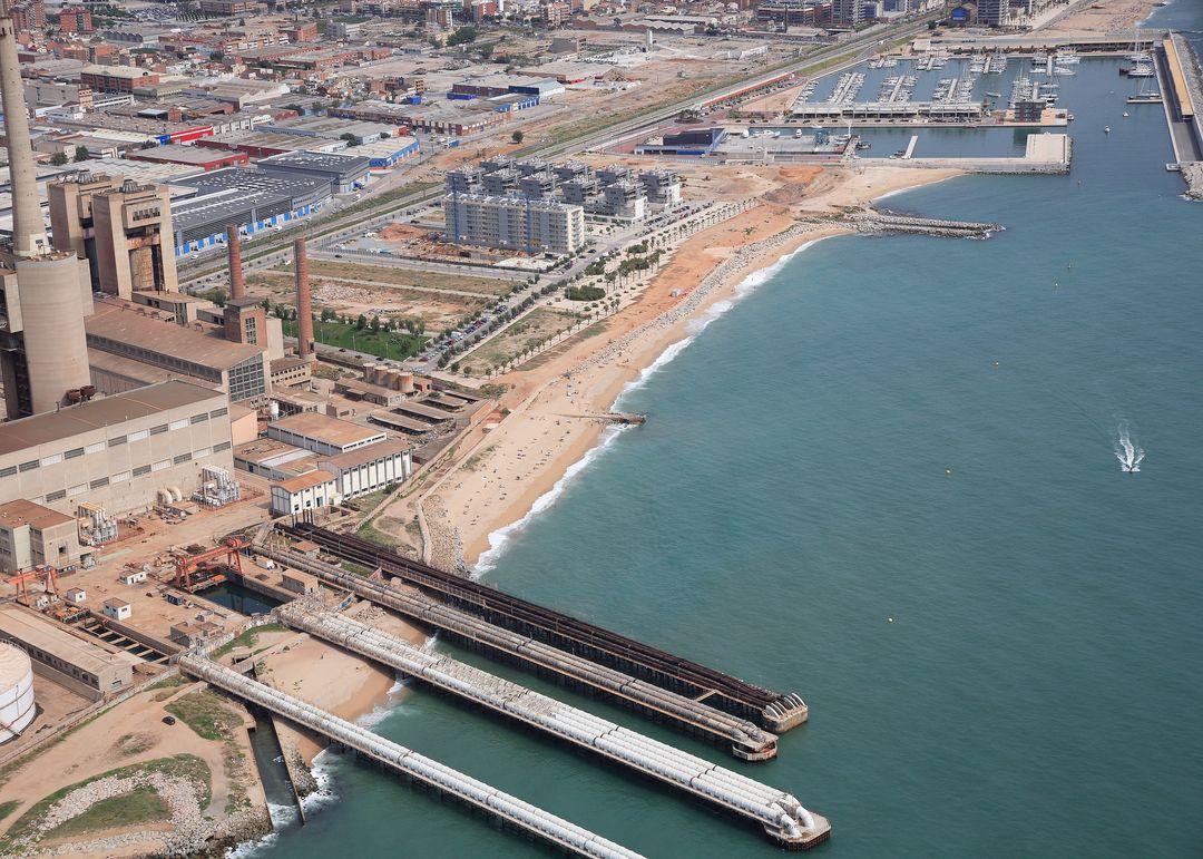 Las mejores playas de Barcelona, imagen de la playa de Platja de La Mora